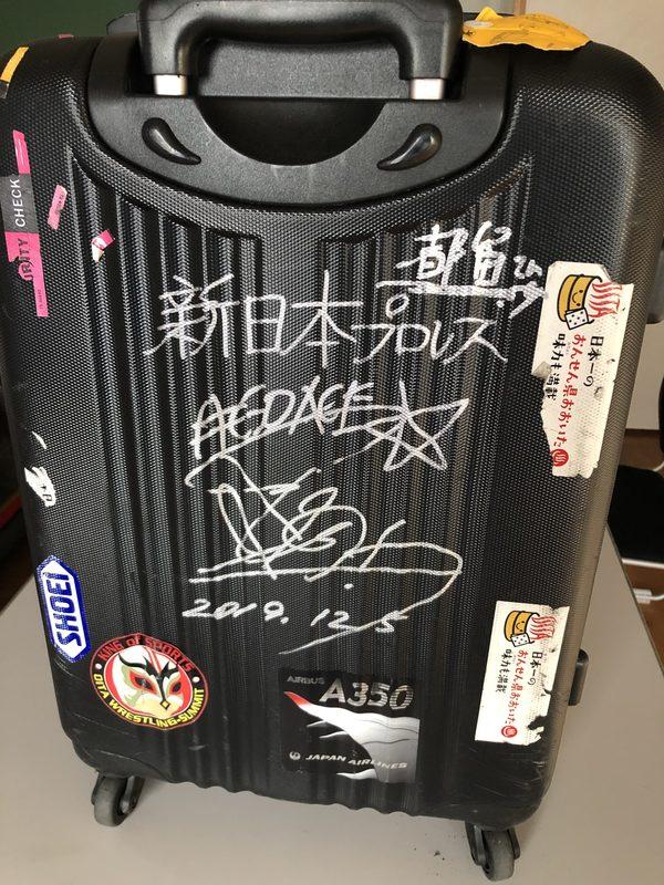 スーツケースに棚橋選手のサイン
